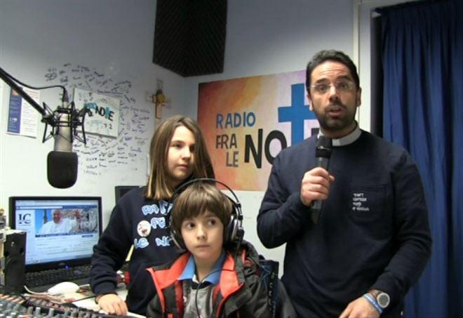 Don Roberto Fiscer nella radio da lui fondata