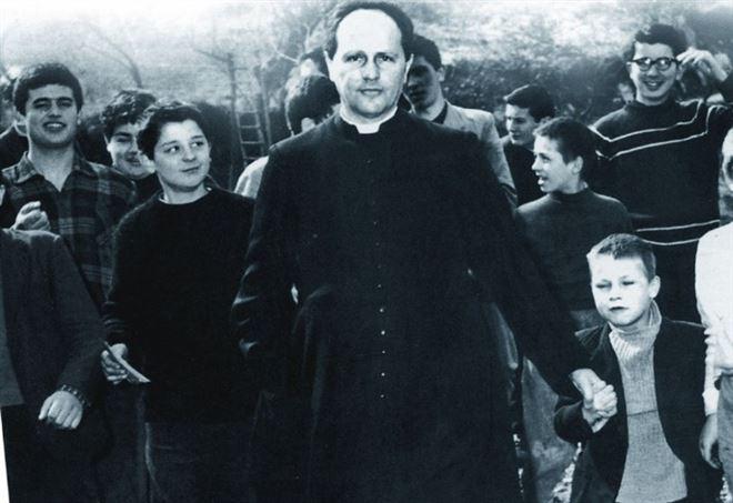 Papa Francesco sulle tombe di Don Milani e Don Mazzolari (web)