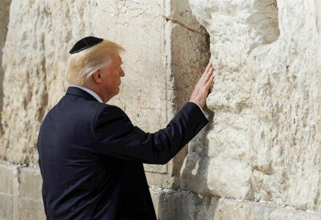 Donald Trump al Muro del pianto (LaPresse)