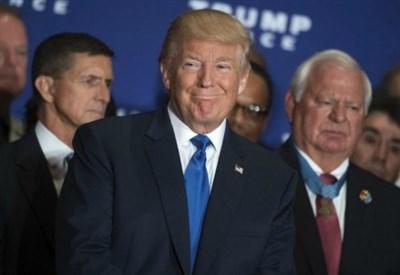 Donald Trump con i veterani. Dietro di lui a sinistra Michael Flynn (LaPresse)