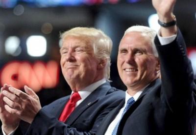 Mike Pence accanto a Donald Trump (Foto: Lapresse)