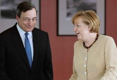 Mario Draghi e Angela Merkel (InfoPhoto)