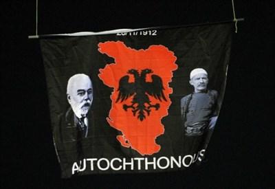 La bandiera appesa al drone in Serbia Albania