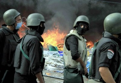 Militari sgomberano il sit-in