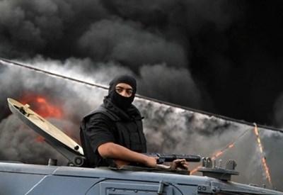 Un militare in piazza Rabaa Al-Adawiya (Infophoto)