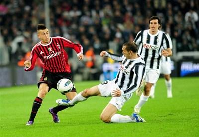 Stephan El Shaarawy, 20 anni, constrastato da Giorgio Chiellini, 28 anni, durante Milan-Juventus (INFOPHOTO)