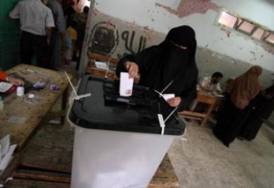 Una donna egiziana vota per le presidenziali