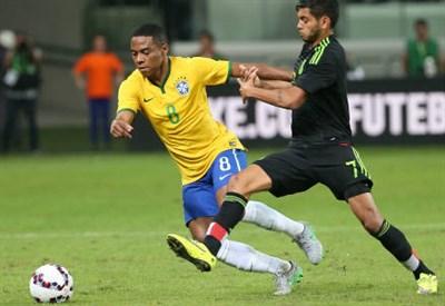 Elias (sinistra), 30 anni, centrocampista del Corinthians e del Brasile (INFOPHOTO)