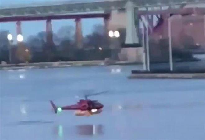 Elicottero A New York : New york elicottero si schianta nell east river il