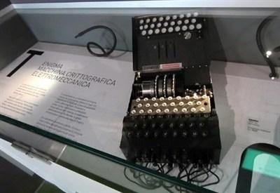 La macchina Enigma esposta al Museo della Scienza e della tecnologia di Milano