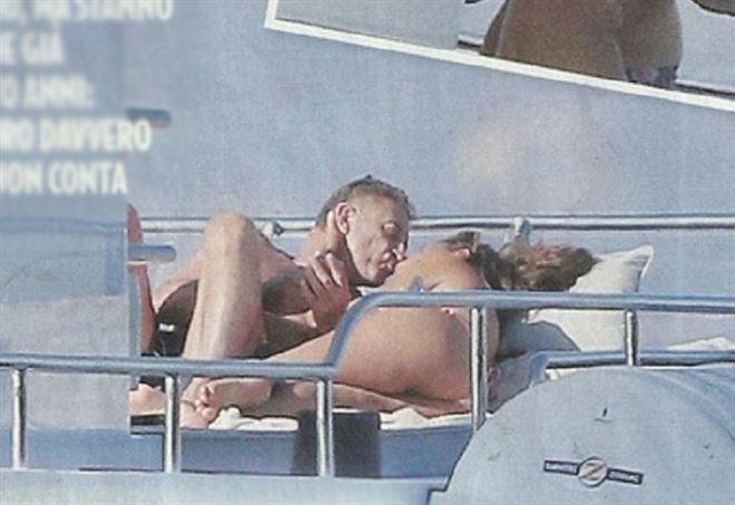 Baci ed effusioni tra Ezio Greggio e la sua giovane fidanzata Simona