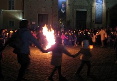 """I tradizionali """"focaracci"""" in piazza per la festa della Madonna di Loreto"""