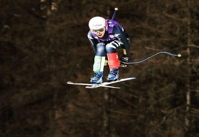 Un'immagine spettacolare di nadia durante un salto (da Facebook Nadia Fanchini)