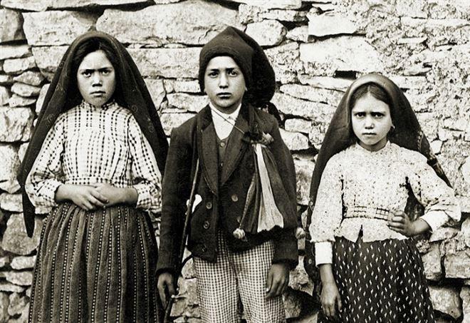 I tre piccoli pastori cui apparve la Madonna nel 1917: Lúcia Santos, Jacinta and Francisco Marto (Wikipedia)