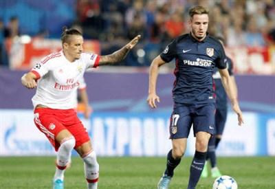 Il serbo del Benfica Ljubomir Fejsa (sinistra), 27 anni e lo spagnolo dell'Atletico Madrid Saul Niguez, 21 (INFOPHOTO)