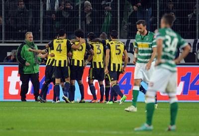 I giocatori del Fenerbahce festeggiano dopo il successo per 3-1 contro il Borussia Moenchegladbach (INFOPHOTO)