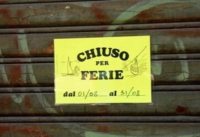 Un negozio chiuso (Infophoto)