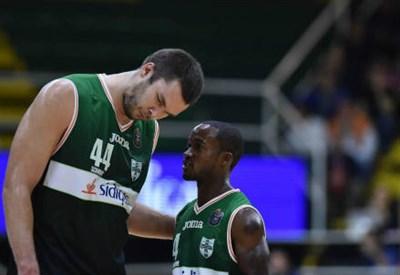 Il pivot ucraino Kyrylo Fesenko (a sinistra), 29 anni, con il playmaker naturalizzato macedone Marques Green, 34 (LAPRESSE)