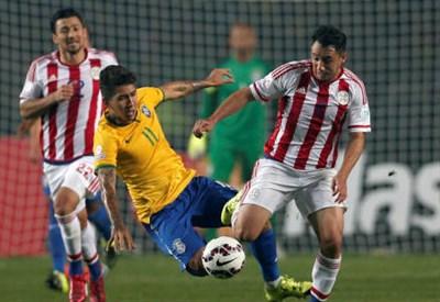Il brasiliano Roberto Firmino (sinistra), 23 anni e il paraguaiano Ivan Piris, 26 (INFOPHOTO)