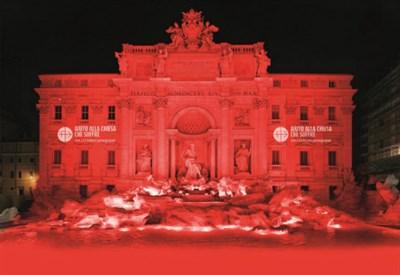 La fontana di Trevi illuminata di rosso
