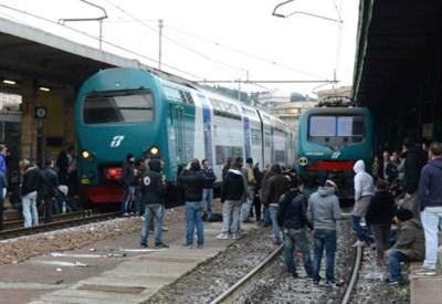 La protesta di oggi alla stazione di Genova (InfoPhoto)