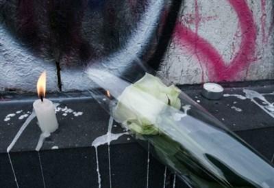 Candele e fiori davanti al ristorante Le Petit Cambodge a Parigi (Infophoto)