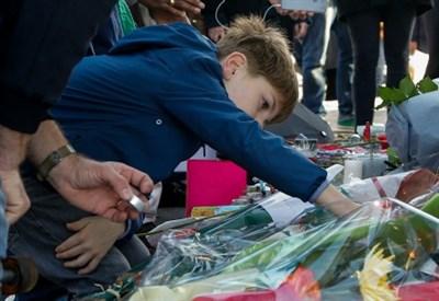 A Parigi, sui luoghi del massacro (Infophoto)