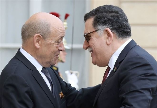 Il ministro degli Esteri francese Jean-Yves Le Drian con Fayez al Serraj all'Eliseo (LaPresse)