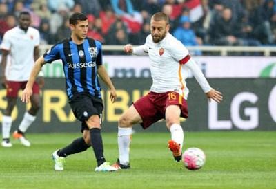 Lo svizzero Remo Freuler (a sinistra), 24 anni, centrocampista dell'Atalanta e Daniele De Rossi, 33, centrocampista della Roma (LAPRESSE)