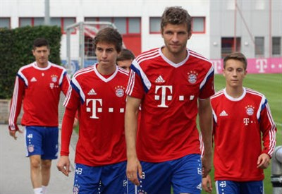 Gianluca Gaudino (in primo piano a sinistra), 17 anni (dall'account Twitter ufficiale @FCBayern)