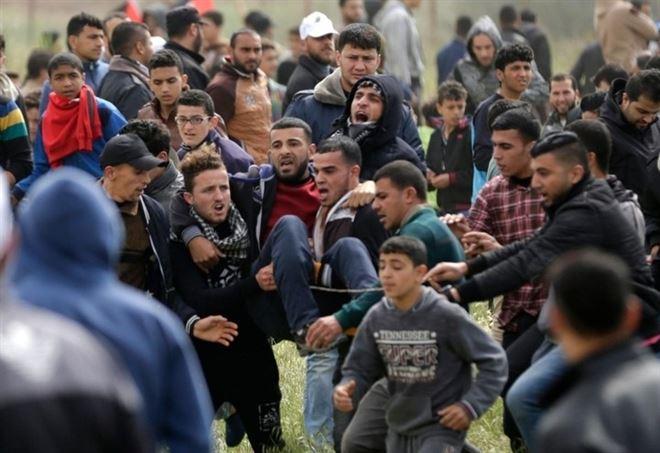 Palestinesi al confine tra Striscia e Israele (LaPresse)