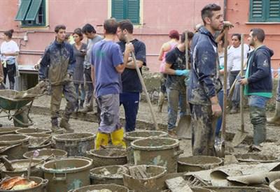 Giovani volontari a Genova (foto Andrea Frega)