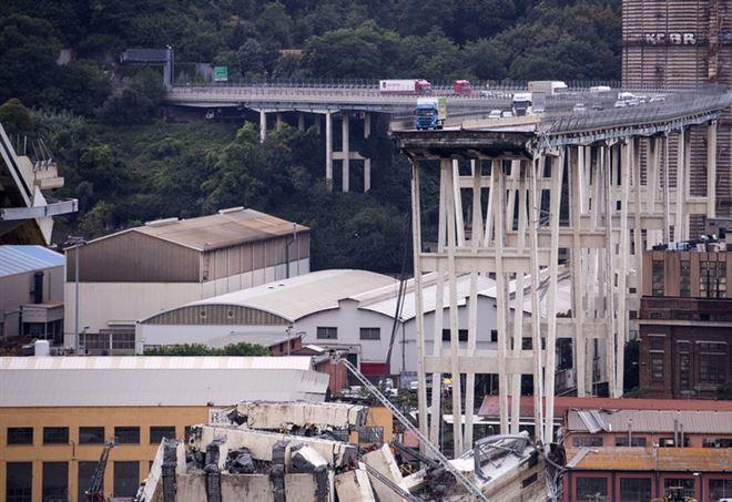 Il Ponte Morandi crollato (LaPresse)