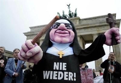 Manifestazione contro gli abusi nella Chiesa a Berlino (Infophoto)