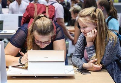 Giovani a una fiera della tecnologia a Berlino (LaPresse)