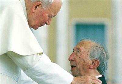 L'abbraccio tra Giovanni Paolo II e Luigi Giussani (Immagine dal web)