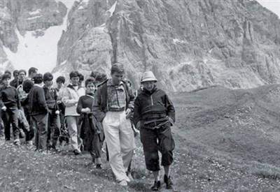 Don Luigi Giussani (1922-2005) con un gruppo di giovani (Foto dal web)