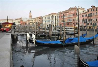 Gondole a Venezia in una immagine d'archivio (InfoPhoto)