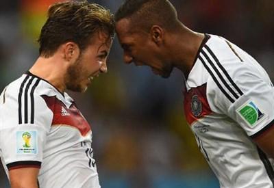 Mario Gotze (sinistra), 22 anni e Jerome Boateng, 25 (dal profilo Twitter ufficiale @FIFAWorldCup)