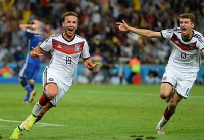 Mario Gotze (sinistra), 22 anni, dopo il gol vittoria (dal profilo Twitter ufficiale @FIFAWorldCup)