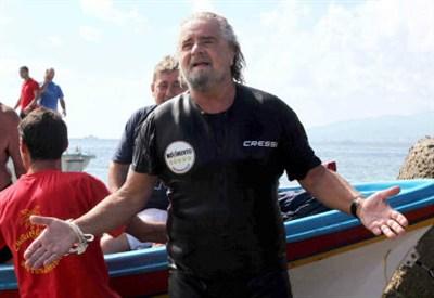 Beppe grillo arriva in Sicilia a nuoto