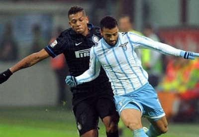Fredy Guarin (sinistra), 28 anni, colombiano dell'Inter e Felipe Anderson, 22, brasiliano della Lazio (INFOPHOTO)