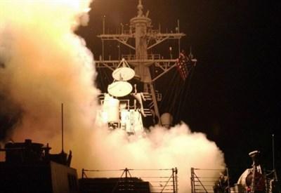 Lancio di missili da una portaerei americana (LaPresse)