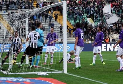 Thomas Heurtaux (a sinistra nella rete), 25 anni, ha appena segnato il gol partita (INFOPHOTO)