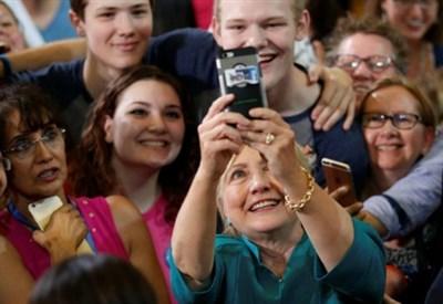 Hillary Clinton alle prese con l'ennesimo selfie (LaPresse)