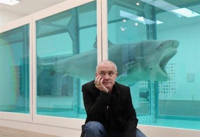 Damien Hirst davanti al suo celebre Squalo in formalina (Immagine dal web)