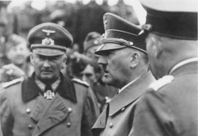 Adolf Hitler tra i suoi generali (immagine d'archivio)