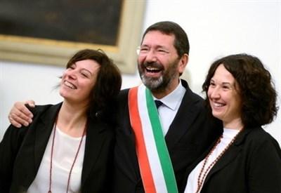 Ignazio Marino con una coppia gay (Infophoto)