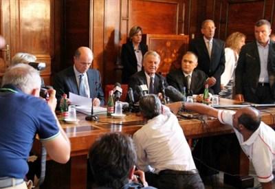 Il vertice Ilva con i ministri Corrado Passera e Corrado Clini (InfoPhoto)