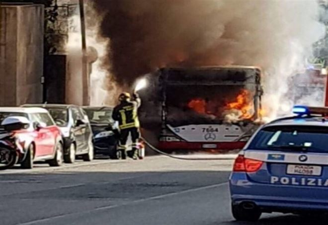 Roma, nuovo autobus Atac a fuoco (Immagine di repertorio)